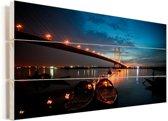 Enorme brug van Calcutta in de avond verlicht in India Vurenhout met planken 120x80 cm - Foto print op Hout (Wanddecoratie)