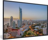 Foto in lijst - De stedelijke horizon van de stad Gold Coast bij Queensland in Australië fotolijst zwart 60x40 cm - Poster in lijst (Wanddecoratie woonkamer / slaapkamer)