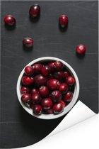 Cranberry's op een donkere tafel Poster 80x120 cm - Foto print op Poster (wanddecoratie woonkamer / slaapkamer)