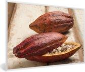 Foto in lijst - Tropische peulenschil van cacaoboon op houten tafel fotolijst wit 60x40 cm - Poster in lijst (Wanddecoratie woonkamer / slaapkamer)