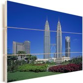 Prachtige bloemen voor de Petronas Towers Vurenhout met planken 80x60 cm - Foto print op Hout (Wanddecoratie)