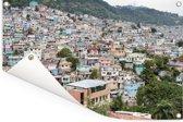 Verschillende kleuren huizen zorgen voor een volgebouwd Port-au-Prince Tuinposter 180x120 cm - Tuindoek / Buitencanvas / Schilderijen voor buiten (tuin decoratie) XXL / Groot formaat!