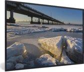 Foto in lijst - Een bevroren rivier van het Oost-Europese Dnipro fotolijst zwart 60x40 cm - Poster in lijst (Wanddecoratie woonkamer / slaapkamer)