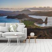 Fotobehang vinyl - Uitzicht vanaf Bartolomé Galapagoseilanden bij Ecuador breedte 480 cm x hoogte 360 cm - Foto print op behang (in 7 formaten beschikbaar)