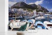 Fotobehang vinyl - Kleurijke boten in de haven van Capri breedte 360 cm x hoogte 240 cm - Foto print op behang (in 7 formaten beschikbaar)