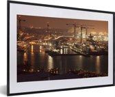 Foto in lijst - De stadshorizon van Norfolk in de Amerikaanse staat Virginia bij nacht fotolijst zwart met witte passe-partout 60x40 cm - Poster in lijst (Wanddecoratie woonkamer / slaapkamer)