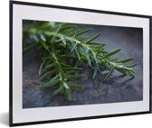 Foto in lijst - Groene rozemarijn op een donkere tafel fotolijst zwart met witte passe-partout 60x40 cm - Poster in lijst (Wanddecoratie woonkamer / slaapkamer)
