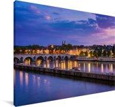 Paarse lucht boven de Nederlandse stad Maastricht Canvas 60x40 cm - Foto print op Canvas schilderij (Wanddecoratie woonkamer / slaapkamer) / Europese steden Canvas Schilderijen