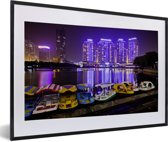 Foto in lijst - Bootjes voor de paarse gebouwen voor Wuhan fotolijst zwart met witte passe-partout 60x40 cm - Poster in lijst (Wanddecoratie woonkamer / slaapkamer)
