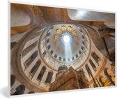 Foto in lijst - Rechte zonnestraal die de Heilig Grafkerk binnenkomt fotolijst wit 60x40 cm - Poster in lijst (Wanddecoratie woonkamer / slaapkamer)