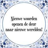 Tegeltje met Spreuk (Tegeltjeswijsheid): Nieuwe woorden openen de deur naar nieuwe werelden! + Kado verpakking & Plakhanger