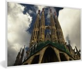 Foto in lijst - Onderaanzicht van de torens van de Sagrada Familia fotolijst wit 60x40 cm - Poster in lijst (Wanddecoratie woonkamer / slaapkamer)