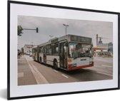 Foto in lijst - Een morderne Duitse stadsbus fotolijst zwart met witte passe-partout 60x40 cm - Poster in lijst (Wanddecoratie woonkamer / slaapkamer)