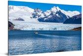 Een bootje voor de Perito Moreno gletsjer Aluminium 90x60 cm - Foto print op Aluminium (metaal wanddecoratie)
