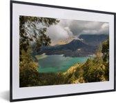 Foto in lijst - Kratermeer in het vulkanische landschap van Gunung Rinjani op Lombok fotolijst zwart met witte passe-partout klein 40x30 cm - Poster in lijst (Wanddecoratie woonkamer / slaapkamer)