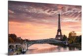 Een mooie oranje lucht boven de Eiffeltoren in Parijs Aluminium 180x120 cm - Foto print op Aluminium (metaal wanddecoratie) XXL / Groot formaat!