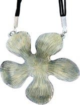 Zwarte ketting van touw met bloem hanger