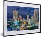Foto in lijst - De skyline van de Gold Coast 's nachts in Queensland fotolijst zwart met witte passe-partout klein 40x30 cm - Poster in lijst (Wanddecoratie woonkamer / slaapkamer)