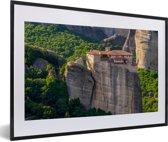 Foto in lijst - Mooie groene omgeving bij de Meteora kloosters fotolijst zwart met witte passe-partout 60x40 cm - Poster in lijst (Wanddecoratie woonkamer / slaapkamer)