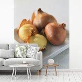 Fotobehang vinyl - Ongepelde sjalotten op een witte schotel breedte 300 cm x hoogte 360 cm - Foto print op behang (in 7 formaten beschikbaar)