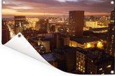 De City of Johannesburg Metropolitan Municipality tijdens de avond Tuinposter 90x60 cm - Tuindoek / Buitencanvas / Schilderijen voor buiten (tuin decoratie)