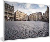 Foto in lijst - Prachtige foto van het stadhuis op de Grote Markt van Brussel fotolijst wit 60x40 cm - Poster in lijst (Wanddecoratie woonkamer / slaapkamer)