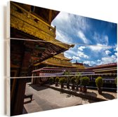 Binnenplaats van de Jokhang ook bekend als het Qoikang-klooster Vurenhout met planken 40x30 cm - klein - Foto print op Hout (Wanddecoratie)