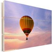 Kleurrijke hete luchtballon met een kleurrijke hemel Vurenhout met planken 90x60 cm - Foto print op Hout (Wanddecoratie)