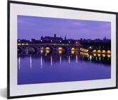 Foto in lijst - Brug met paarse tinten in de Franse stad Toulouse fotolijst zwart met witte passe-partout 60x40 cm - Poster in lijst (Wanddecoratie woonkamer / slaapkamer)