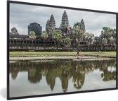 Foto in lijst - Angkor Wat gereflecteerd in het water fotolijst zwart 60x40 cm - Poster in lijst (Wanddecoratie woonkamer / slaapkamer)