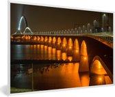 Foto in lijst - Verlichting van de Waalbrug in de Nederlandse stad Nijmegen fotolijst wit 60x40 cm - Poster in lijst (Wanddecoratie woonkamer / slaapkamer)