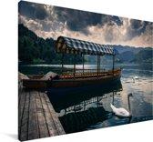 Meer van Bled zwaan en boot in Slovenië Canvas 180x120 cm - Foto print op Canvas schilderij (Wanddecoratie woonkamer / slaapkamer) XXL / Groot formaat!