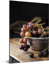 Artistieke foto van rode druiven in metalen kom Aluminium 60x90 cm - Foto print op Aluminium (metaal wanddecoratie)