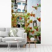 Fotobehang vinyl - Spaanse straat in Córdoba tijdens een heldere middag breedte 260 cm x hoogte 400 cm - Foto print op behang (in 7 formaten beschikbaar)