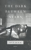 Boek cover Dark between stars van Atticus (Hardcover)