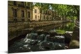 Kleine waterval in het centrum van Nîmes Aluminium 90x60 cm - Foto print op Aluminium (metaal wanddecoratie)