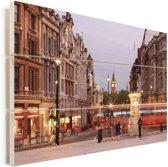 Druk verkeer rondom het Trafalgar Square in Londen Vurenhout met planken 90x60 cm - Foto print op Hout (Wanddecoratie)