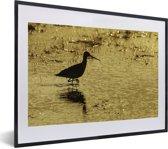 Foto in lijst - Een silhouet van een Grutto in het zand fotolijst zwart met witte passe-partout klein 40x30 cm - Poster in lijst (Wanddecoratie woonkamer / slaapkamer)