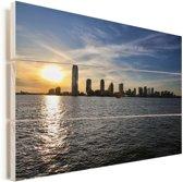 De zon gaat langzaam onder achter de stad Jersey City in Amerika Vurenhout met planken 90x60 cm - Foto print op Hout (Wanddecoratie)