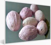 Foto in lijst - Close up van de lichte kleuren van de macadamianoten op tafel fotolijst wit 40x30 cm - Poster in lijst (Wanddecoratie woonkamer / slaapkamer)
