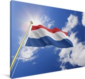 De vlag van Nederland wappert in de lucht Canvas 140x90 cm - Foto print op Canvas schilderij (Wanddecoratie woonkamer / slaapkamer)