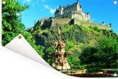 Kasteel van Edinburgh en fontein in Schotland Tuinposter 180x120 cm - Tuindoek / Buitencanvas / Schilderijen voor buiten (tuin decoratie) XXL / Groot formaat!