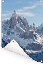 Close-up foto van een besneeuwde bergtop omringd door wolken in Zuid Amerika Tuinposter 40x60 cm - klein - Tuindoek / Buitencanvas / Schilderijen voor buiten (tuin decoratie)