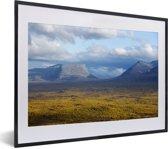 Foto in lijst - Berglandschap in het Nationaal park Abisko in Zweden fotolijst zwart met witte passe-partout klein 40x30 cm - Poster in lijst (Wanddecoratie woonkamer / slaapkamer)