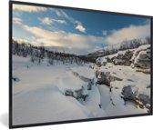 Foto in lijst - Het besneeuwde landschap in het Nationaal park Abisko in Zweden fotolijst zwart 60x40 cm - Poster in lijst (Wanddecoratie woonkamer / slaapkamer)