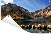 Meertje omringt door het berglandschap van het Nationaal park Sierra Nevada Tuinposter 90x60 cm - Tuindoek / Buitencanvas / Schilderijen voor buiten (tuin decoratie)