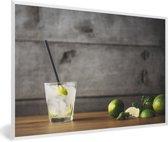 Foto in lijst - Mojito-cocktail met limoen en munt op een houten achtergrond fotolijst wit 60x40 cm - Poster in lijst (Wanddecoratie woonkamer / slaapkamer)