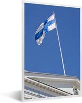 Foto in lijst - De vlag van Finland op een gebouw fotolijst wit 40x60 cm - Poster in lijst (Wanddecoratie woonkamer / slaapkamer)