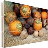 Verschillende noten met de betelnoot als topstuk Vurenhout met planken 60x40 cm - Foto print op Hout (Wanddecoratie)