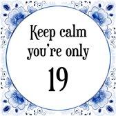 Verjaardag Tegeltje met Spreuk (19 jaar: Keep calm you're only 19 + cadeau verpakking & plakhanger